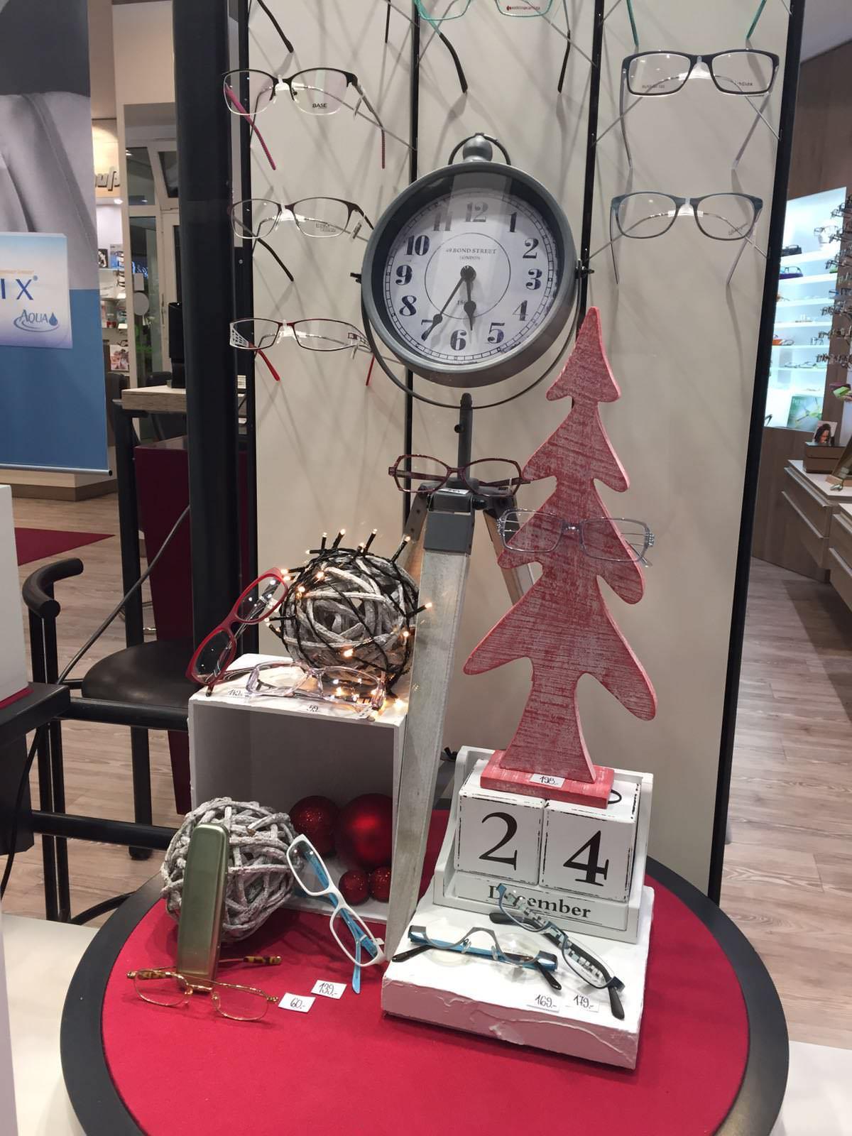 Weihnachtsdekoration bei Optik Strauß in Barmstedt